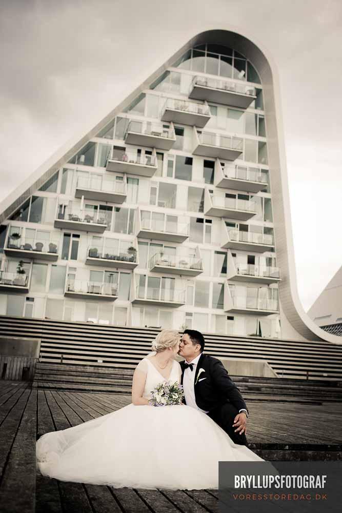 bryllupsfoto ved bølgen i Vejle