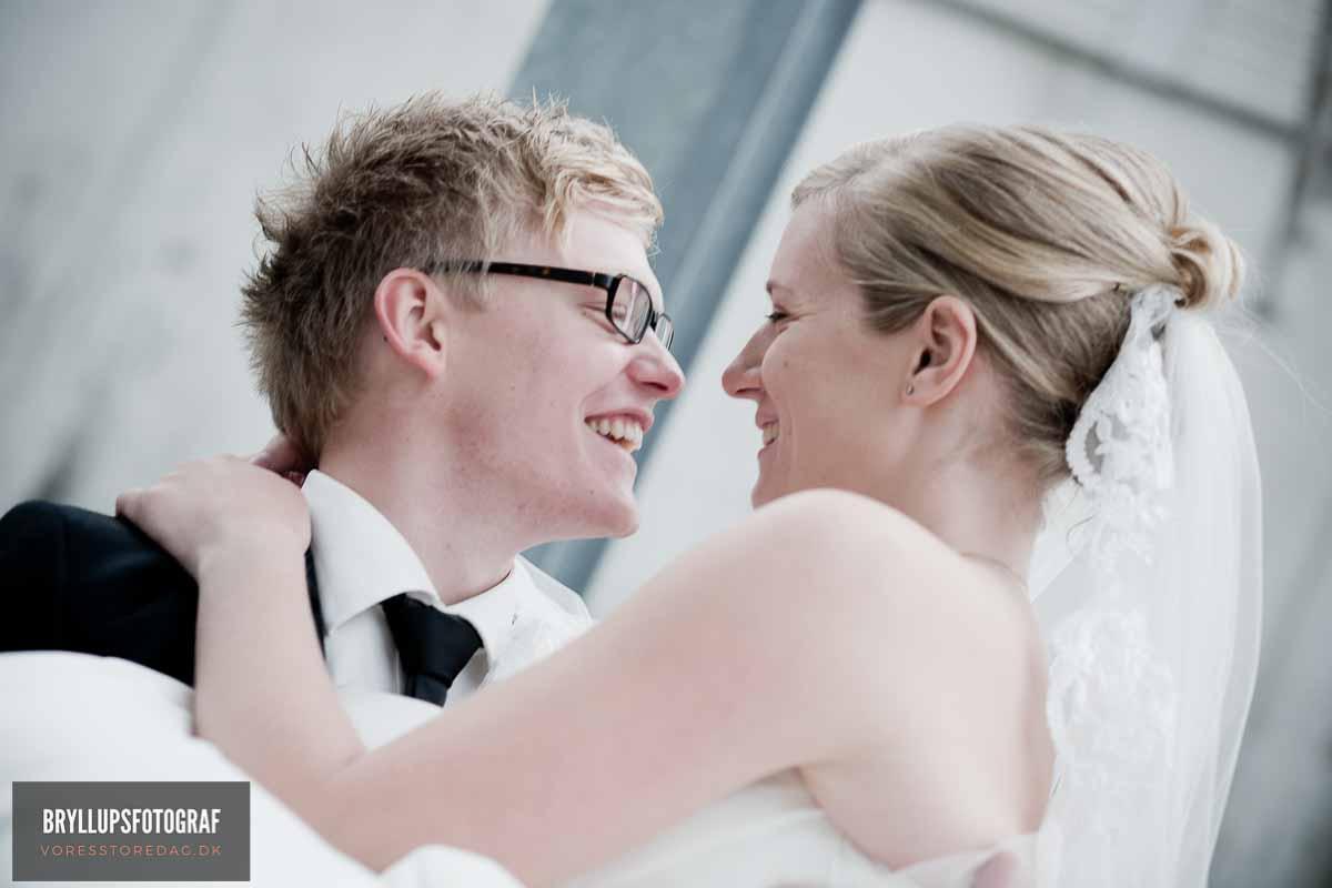 grinende brudepar