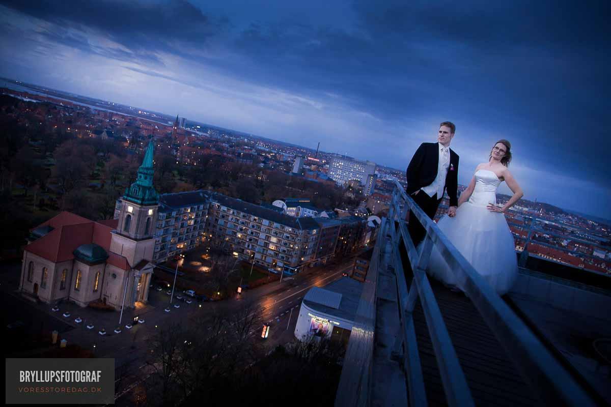 brudepar på taget af hvide hus aalborg