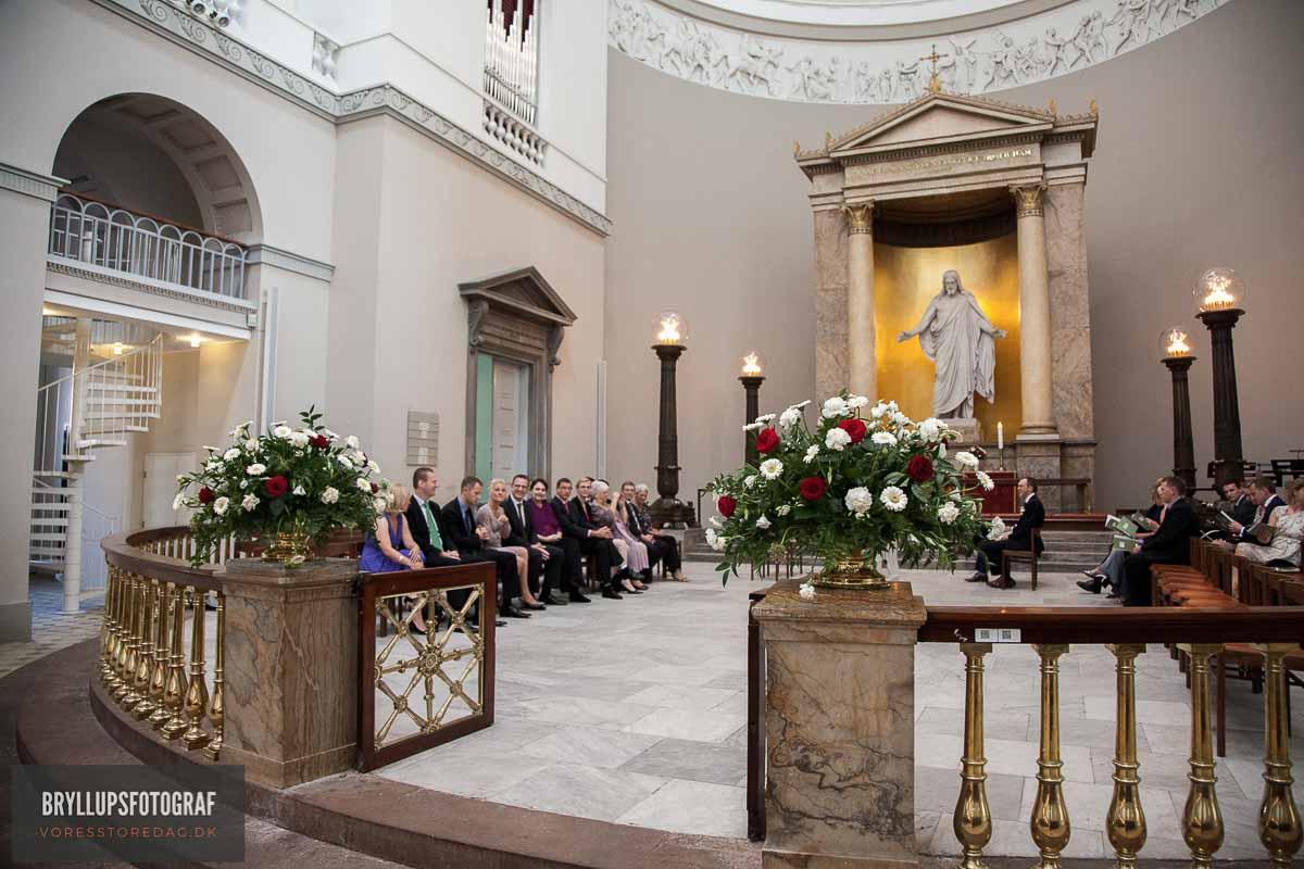 gom og gæster i kirken bryllup